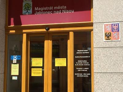 První prázdninový týden bude mít magistrát na Komenského 8 zavřeno
