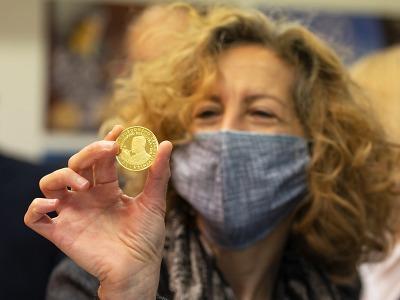 Proběhla slavnostní ražba medaile na počest Rádiu Svobodná Evropa