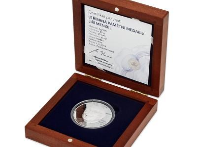 Česká mincovna ocenila Jiřího Menzela medailí s jeho portrétem