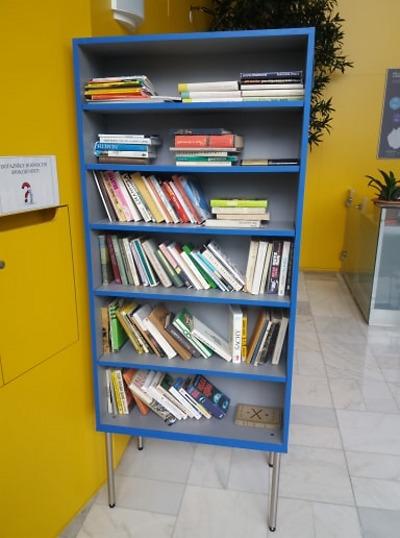 Můžete si půjčit knihu z krajské miniknihovny