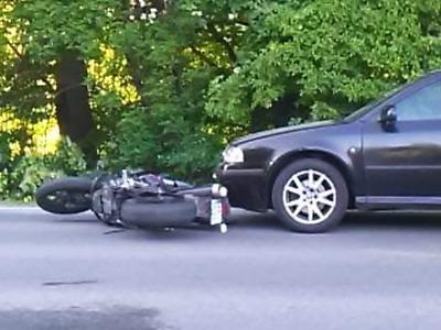Motocyklista upadl při předjíždění auta v Jablonci U Přehrady