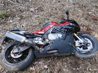 V železnobrodských zatáčkách havaroval motorkář