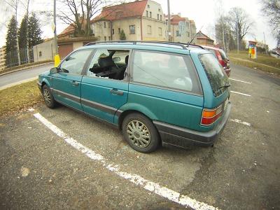 Hlídka strážníků v Jablonci zjistila na parkovišti poškozené vozidlo