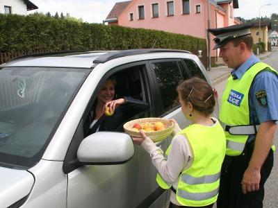 Za bezpečnou jízdu dostávali řidiči od jabloneckých školáků jablko