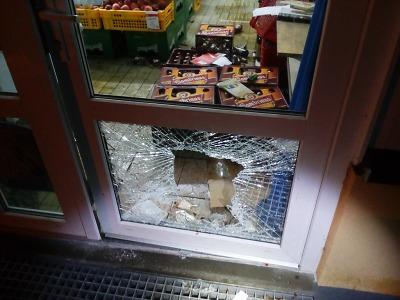 Strážníci zachránili životy obyvatel domu a zadrželi zloděje v prodejně