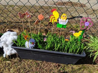 Velikonoční výtvory dětí můžete obdivovat na zahradě školky Mšenáček