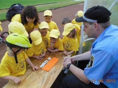 Obrazem: Tanvaldští strážníci poučili děti o výletech na kolech