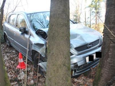Řidič po smyku vyjel v Jablonci mimo vozovku a narazil do stromu