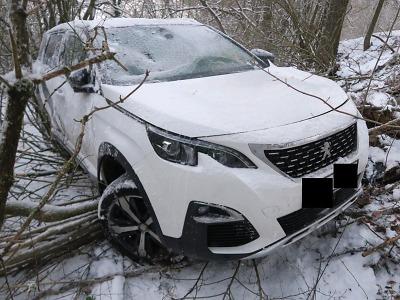 Na zasněžené vozovce v Rychnově u Jablonce dostal řidič smyk