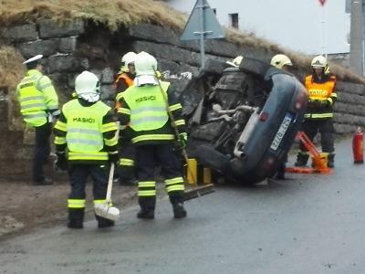 Video: V Albrechticích řidička nabourala do zdi u silnice