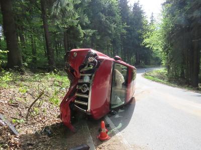 Řidička s vozidlem narazila do stromu a skončila na boku