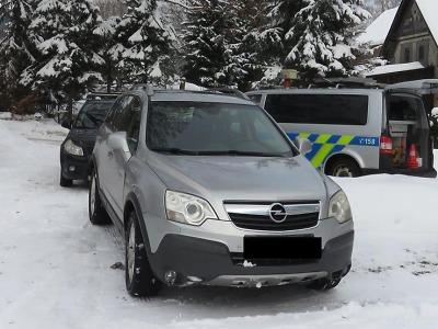 Podnapilý řidič při couvání v Desné přehlédl auto