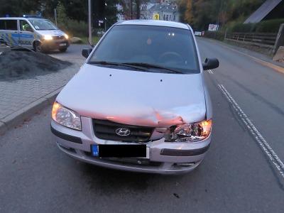 Podnapilý řidič v Desné nedobrzdil a narazil do auta před sebou