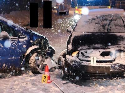 Na zasněžené silnici v Desné se po smyku srazil s protijedoucím autem