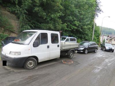 Pod vlivem alkoholu řidič v Desné při couvání narazil do vozidla