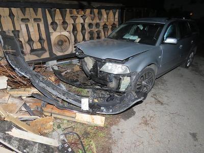 Opilý řidič narazil v Desné do stromu