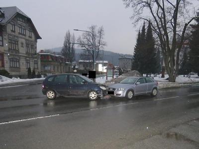 Řidič se zákazem řízení se v Desné lekl policejní hlídky a poté boural