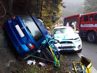 V Jirkově se srazila dvě auta, jednoho z řidičů museli vyprostit hasiči
