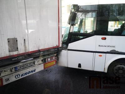 Na jablonecké křižovatce se srazil autobus s kamionem