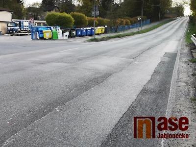 U Přehrady v Jablonci došlo k nehodě dvou aut a motorkáře