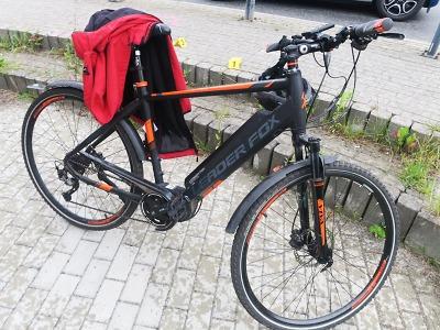 Cyklistka u kruhového objezdu v Jablonci vyjela na chodník a spadla
