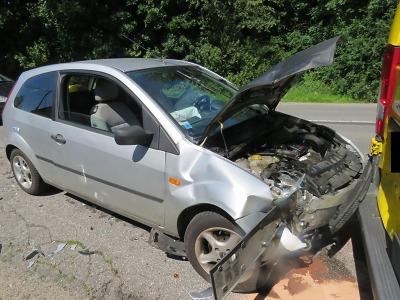 Řidička se sklonila pro kazetu a narazila do zaparkovaného auta