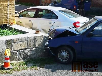 Na jablonecké křižovatce ulic Jarní a Růžová došlo k nehodě dvou aut