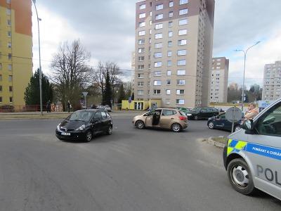 Na jablonecké křižovatce se střetla dvě vozidla