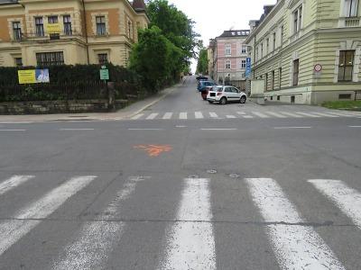Hledají svědky nehody na křižovatce Liberecká, Poštovní a Opletalova