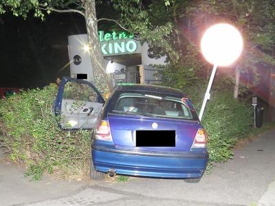 Řidič se u letního kina v Jablonci zastavil ve vysoké rychlosti o strom