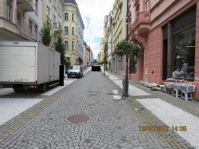 S nákladním autem poškodil v Lidické ulici v Jablonci lampu