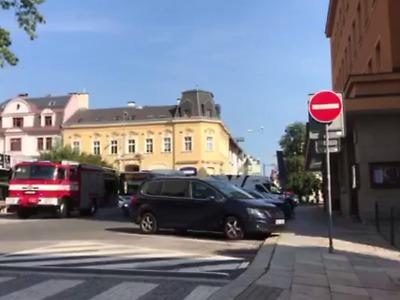Na silnici u kina Radnice v Jablonci se střetl autobus s osobními auty