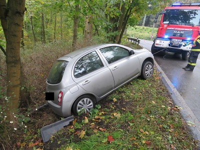 Na mokré vozovce dostal řidič smyk a sjel mimo silnici