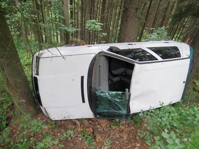 Řidička vjela s autem v Jablonci do lesa a převrátila se