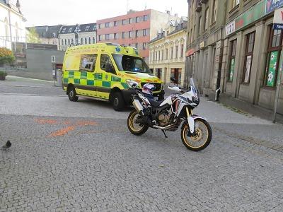 Opilý chodec narazil v Podhorské ulici v Jablonci do motocyklu