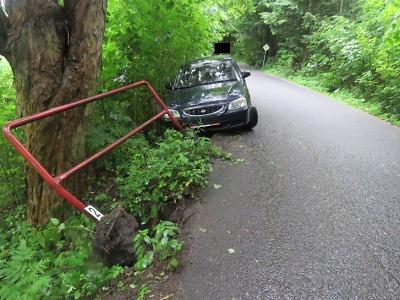 Řidič pod vlivem alkoholu zabrzdil v Jablonci Pod Vodárnou o zábradlí