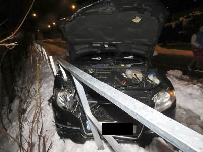 Řidič v Pražské ulici v Jablonci sledoval navigaci a havaroval