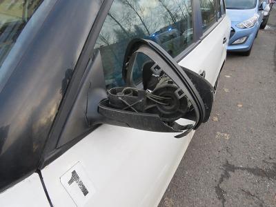 Řidička v Jablonci narazila do zpětného zrcátka jiného auta