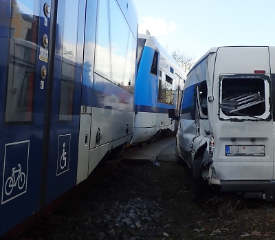 V Revoluční ulici v Jablonci se srazil vlak s autem