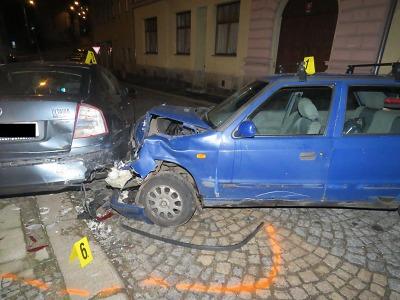 Řidič bez řidičáku ujížděl v Jablonci před policisty a havaroval