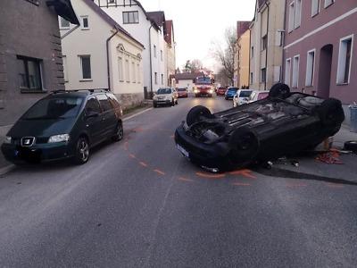 Mladý řidič v Jablonci po nárazu přetočil své Audi na střechu