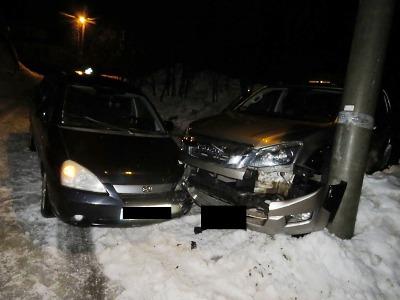Při nehodě v Janově řidič narazil do zaparkovaného auta