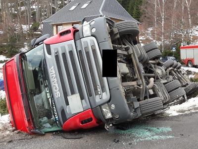 V Janově nad Nisou se převrátil kamion, silnice je neprůjezdná