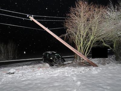 Řidič autem přerazil v Jenišovicích sloup elektrického vedení