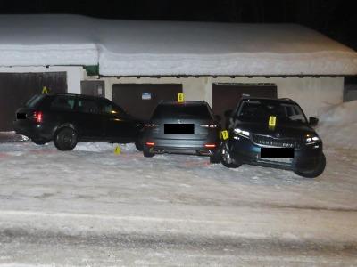 Řidič se vyhýbal v Josefově Dole střetu, ale naboural do jiného auta