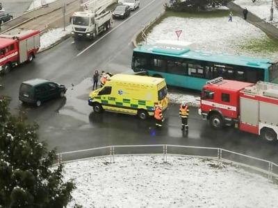 Na jablonecké křižovatce se srazily dvě auta a autobus