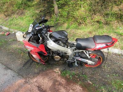 Motocyklista nezvládl u Loužnice v zatáčce řízení