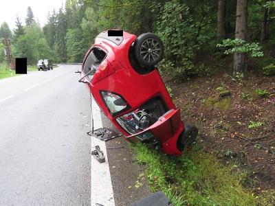 Řidička skončila s autem u Loužnice na střeše