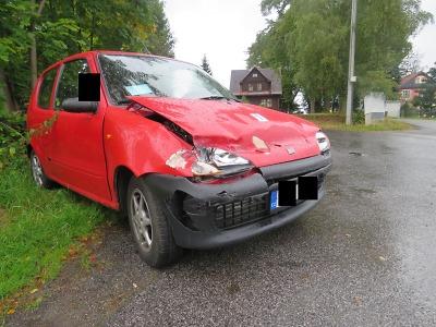 Řidič dostal v Lučanech smyk a narazil do svodidel