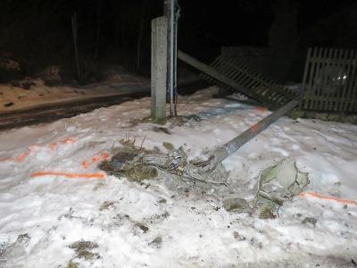 Řidička přerazila autem v Lučanech lampu a ujela